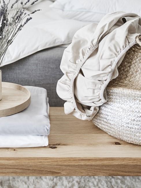Spannbettlaken in einem Korb