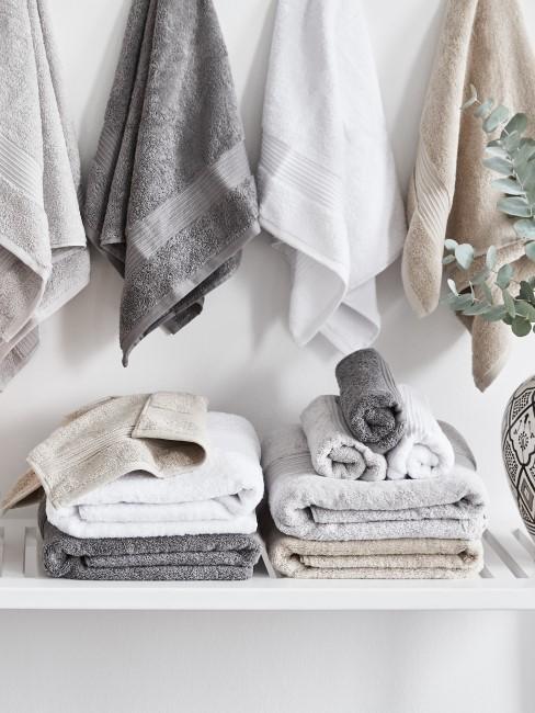 Gewaschene Handtücher liegen und hängen in der Waschküche