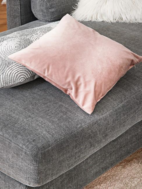 Graues Sofa mit Dekokissen drauf