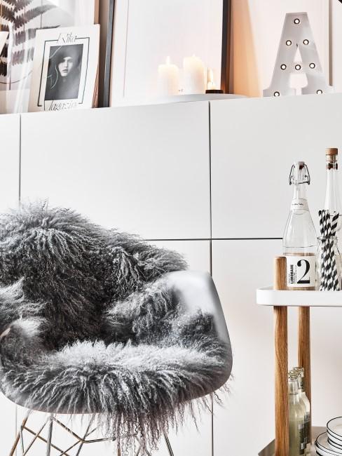 Graues Fell liegt auf einem Stuhl