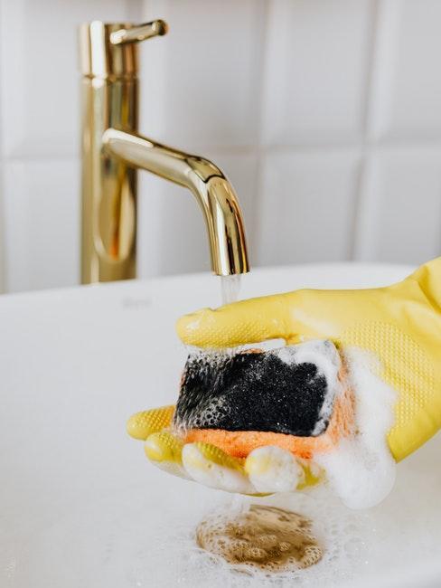 Das Waschbecken im Bad putzen