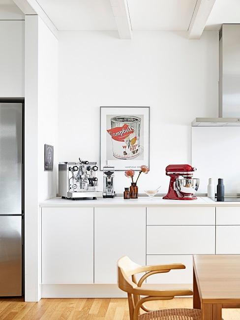 cocina blanca con un póster decorativo