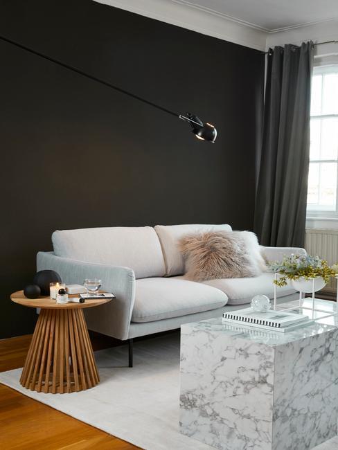 Salón decorado en tonos marrón y negro