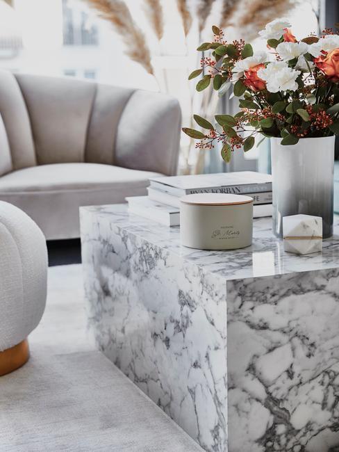Sala de estar con mesa lesley de mármol blanco y decoración en tonos claros