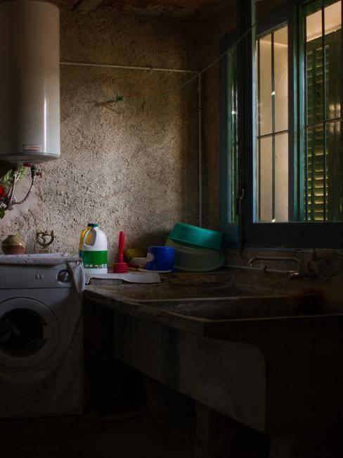 Lavadero oscuro en casa rural