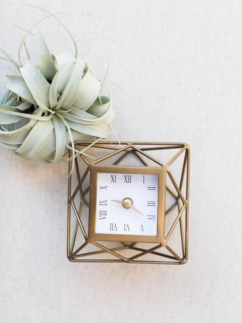 Reloj de pared moderno con adornos dorados