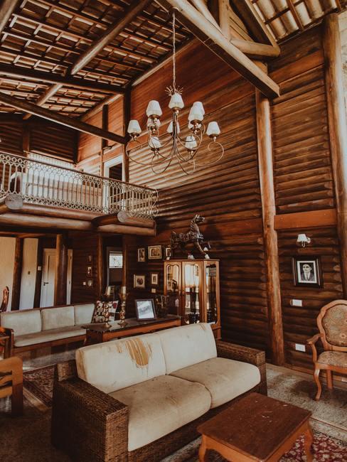 Interior de chalet con madera y decoración rústica