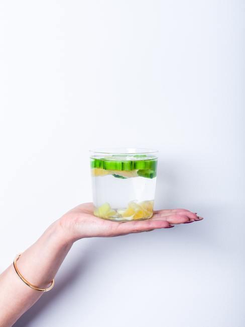 Vaso de agua con jengibre