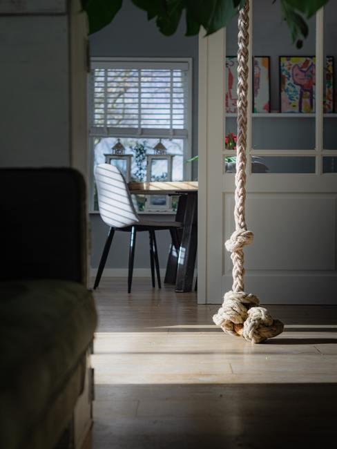 Salón con cuerda colgando del techo para hacer ejercicios