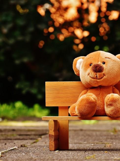 oso de peluche gigante sentado en un banco