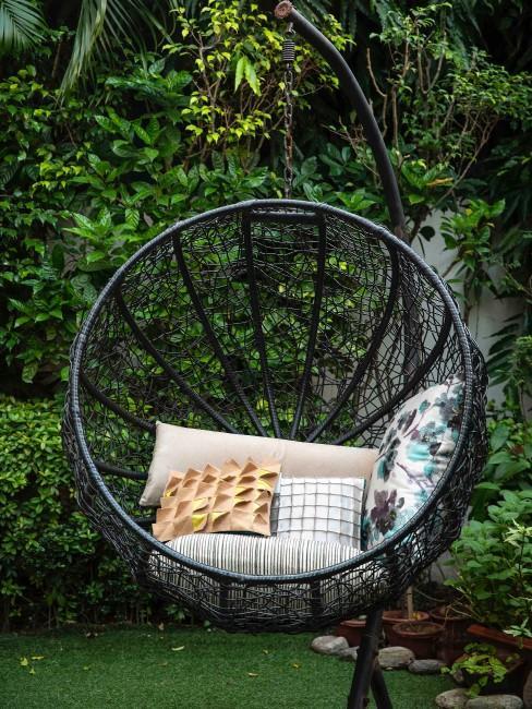 Cojines en una silla colgante de exterior