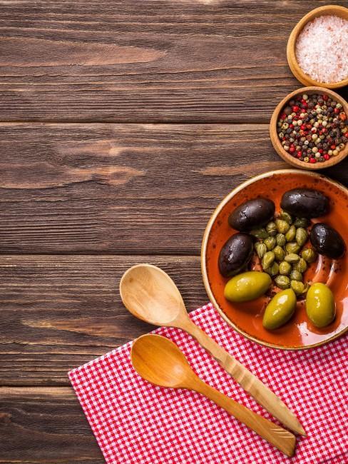 cucharas de palo y aceitunas