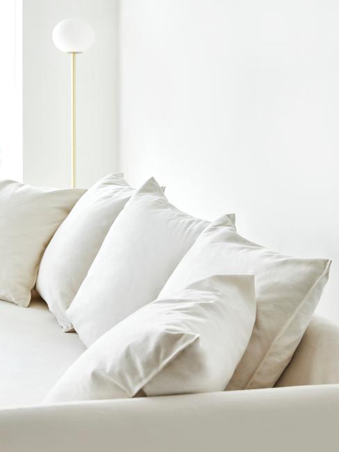 Sofá Mila con cojines blancos