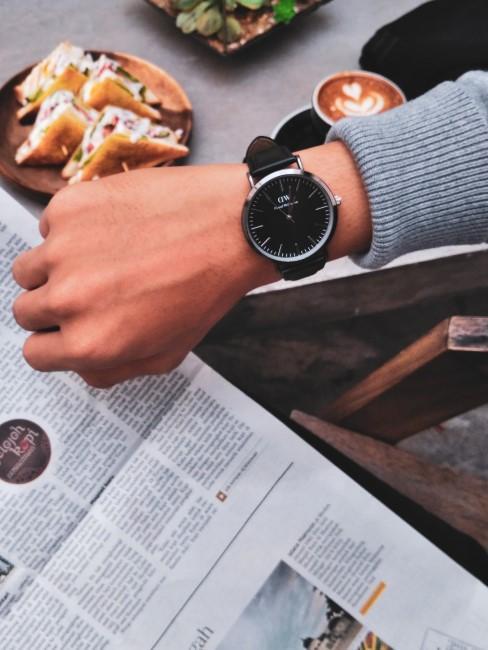 desayuno con periodico y reloj