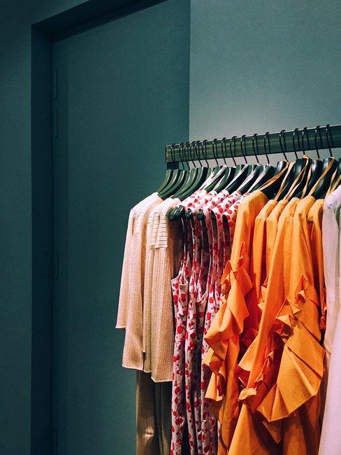 ropa de mujer colgada