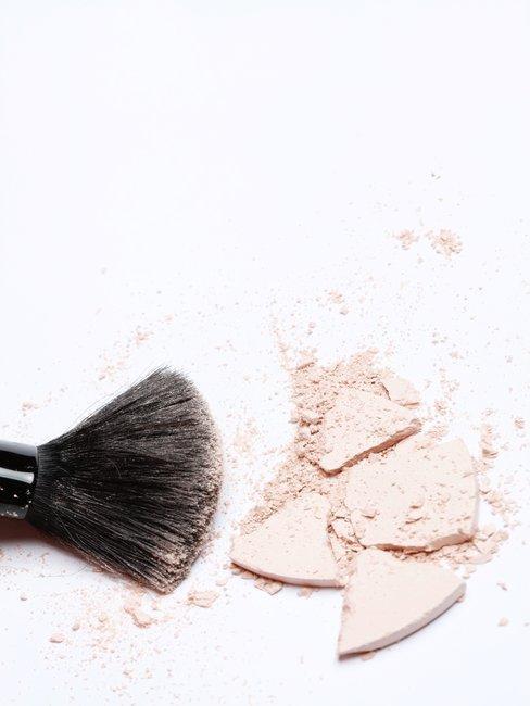 brocha con polvos de maquillaje