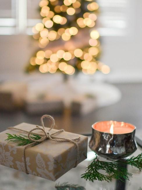regalo con vela y árbol de navidad