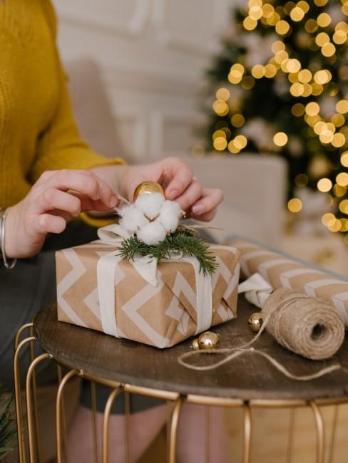 mujer preparando regalos