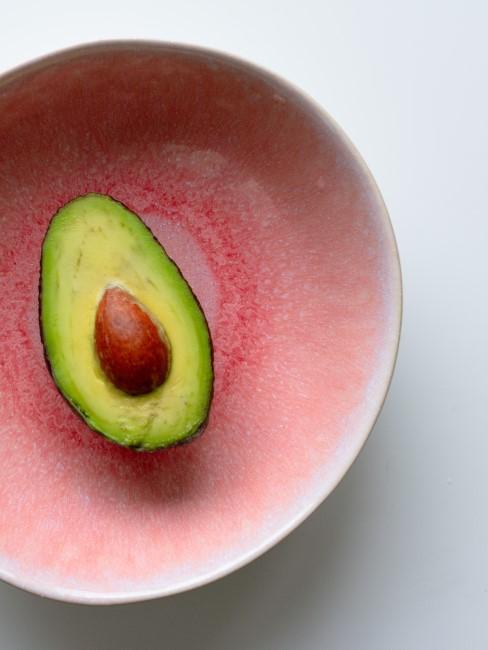 aguacate en un plato rosa