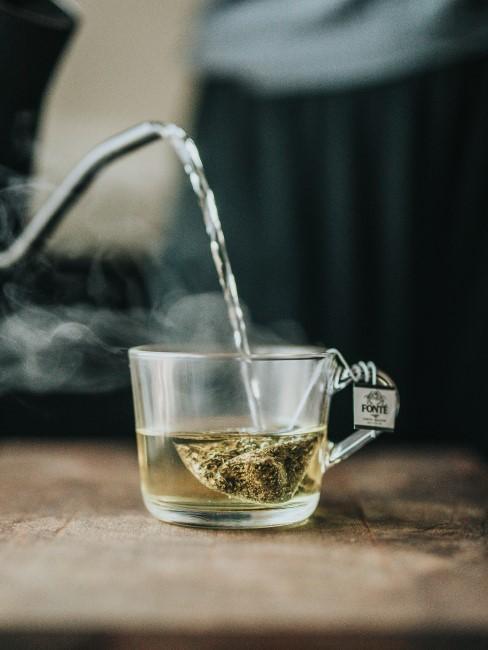 sirviendo un té verde