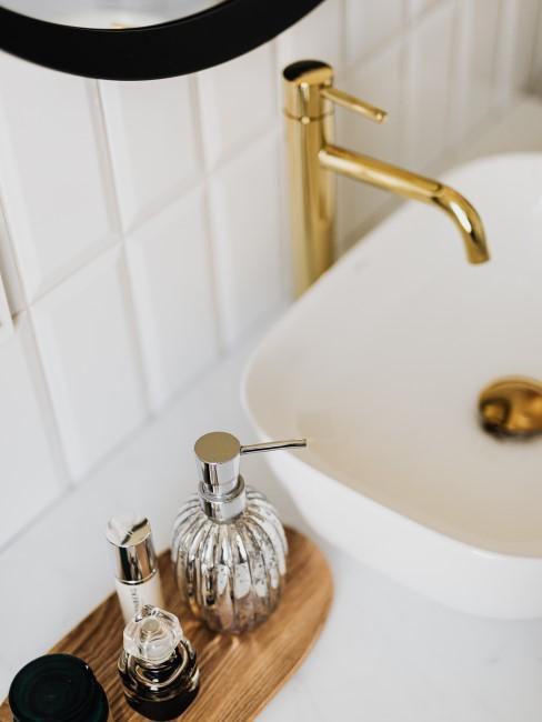 baño con bandeja para el jabón