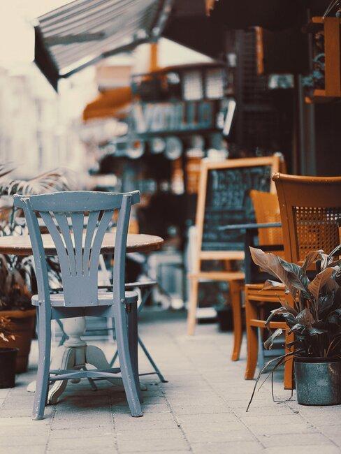 sillas antiguas en la calle