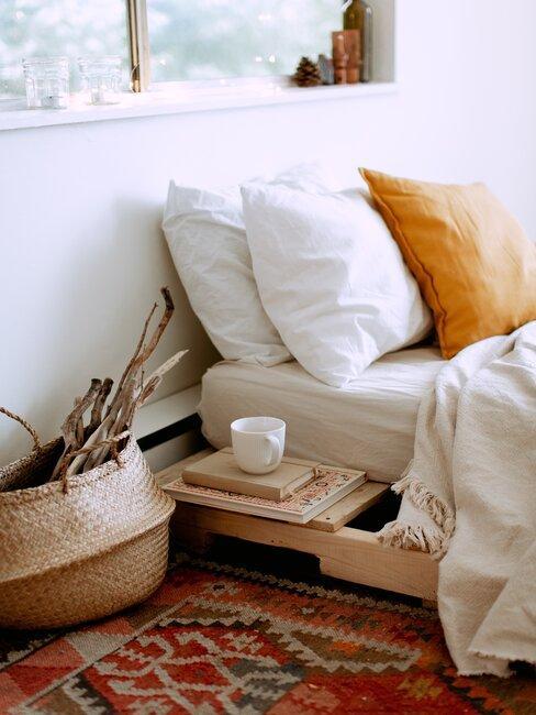 cama sobre base de madera reciclada