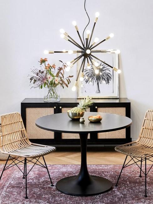 salón con una lámpara de araña con luces LED y sillas de ratán