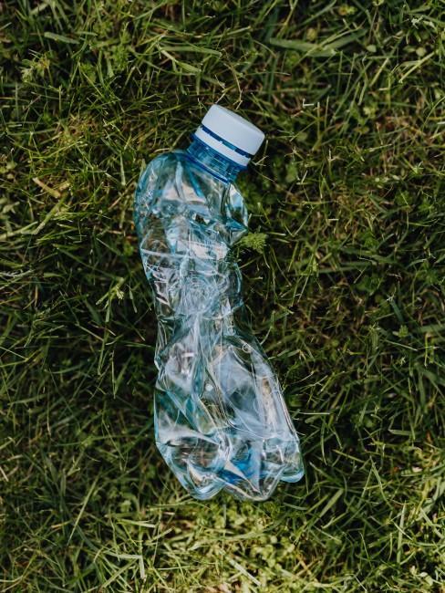 botella de plástico en el suelo