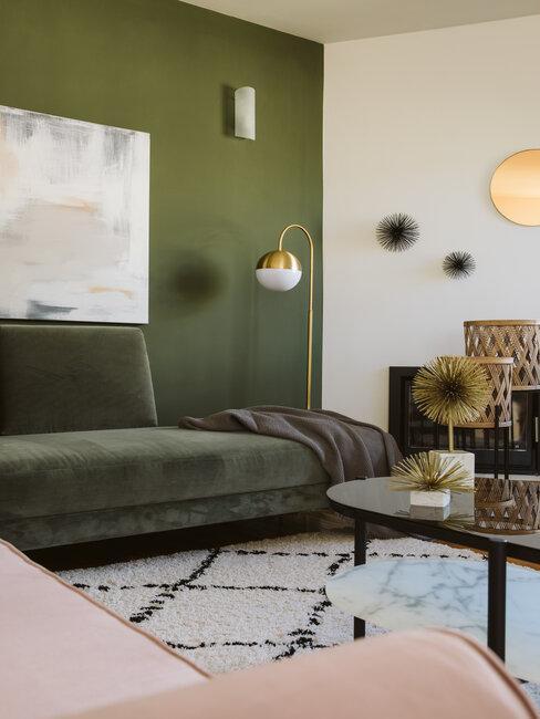 pared y sofá verde combinado con blanco