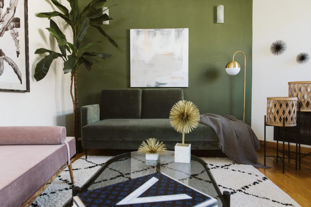 sofa verde tercioeplo pared verde y accesorios dorados