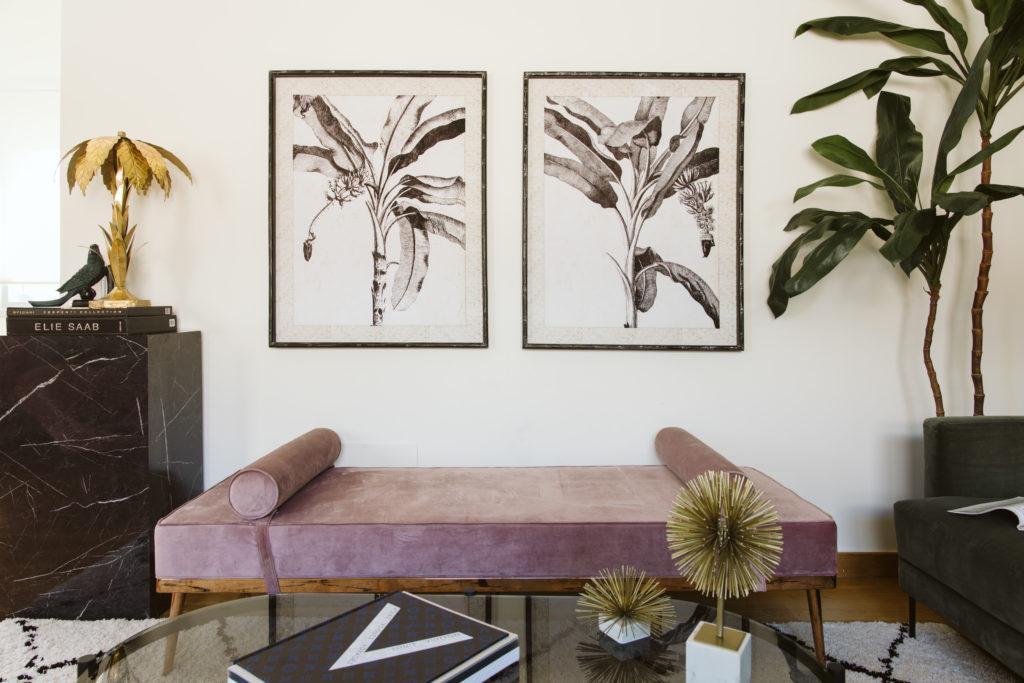diván rosa dos cuadros en blanco y negro