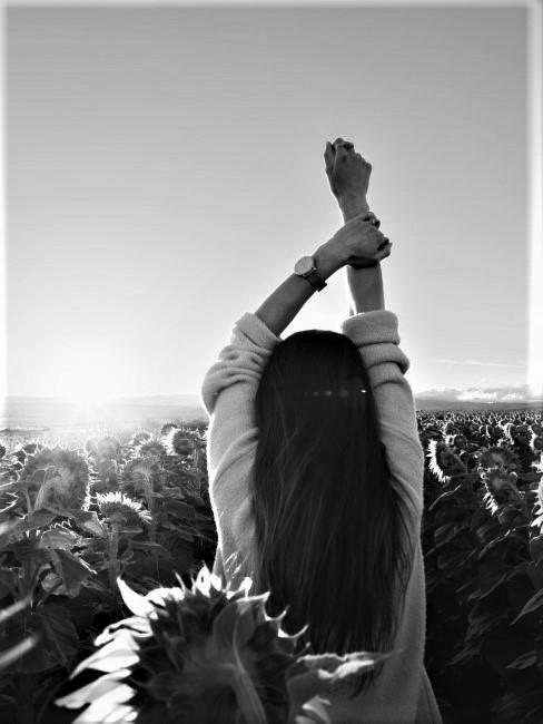 chica en un campo de girasoles