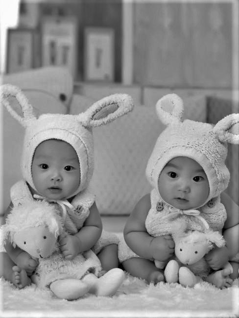 dos bebes gemelos con un disfraz de corderito
