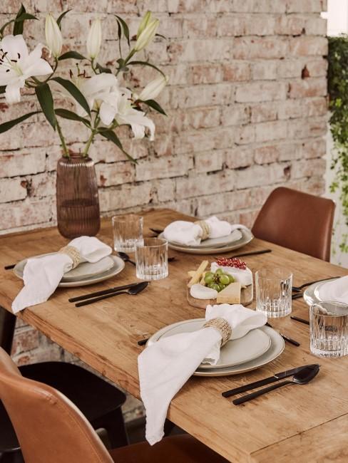 Mesa de comedor de madera maciza con vajilla clásica