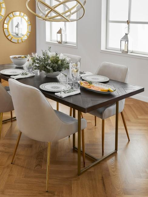 Comedor decorado con muebles en tonos grises y dorados