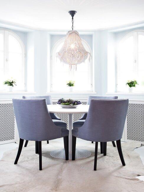 comedor blanco con sillas azules