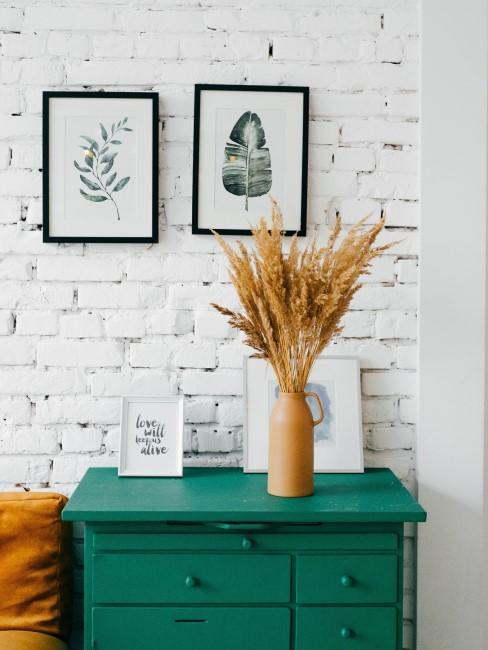 un tabique de ladrillos blancos y una cómoda verde
