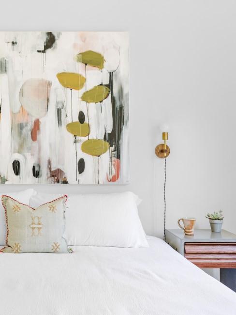 dormitorío blanco con un cuadro lienzo