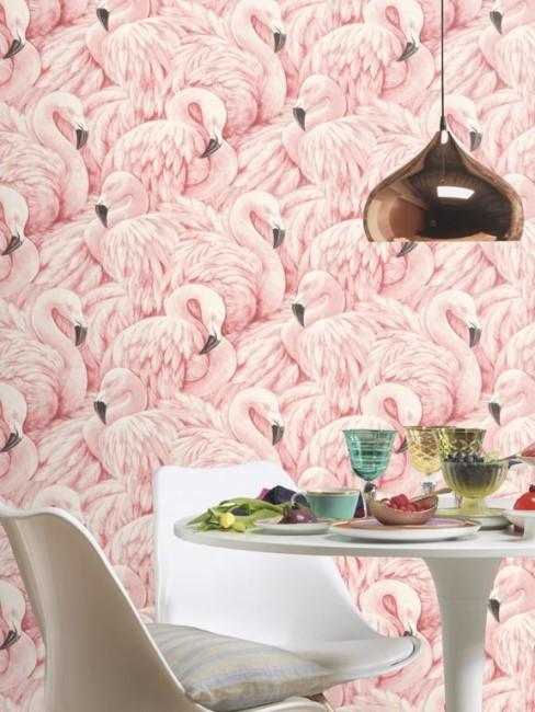 pared rosa con flamencos en un comedor