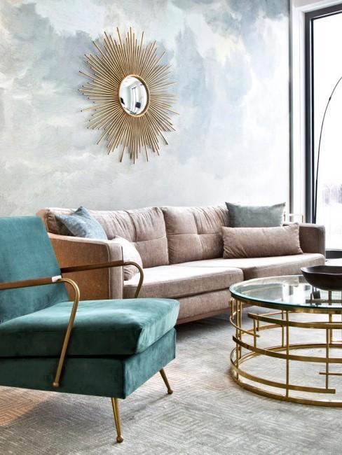 salón con papel pintado y sofa de terciopelo