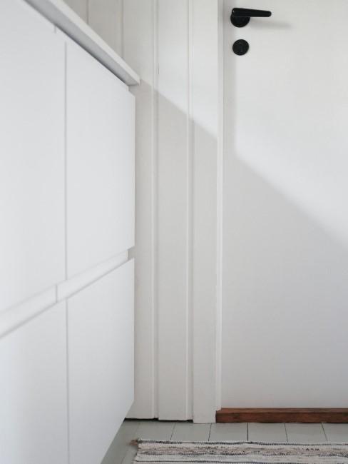 pared blanca hecha de frisos