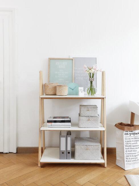 estantería estilo scandi con cosas de oficina