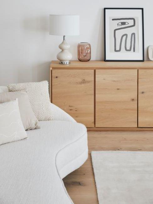 sofá bouclé blanco con aparador madera