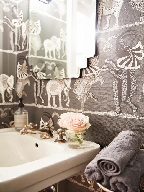 papier peint derrière évier gris avec animaux argentés