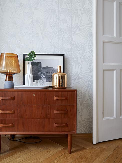Commode en bois rétro avec lampe rétro et cadre