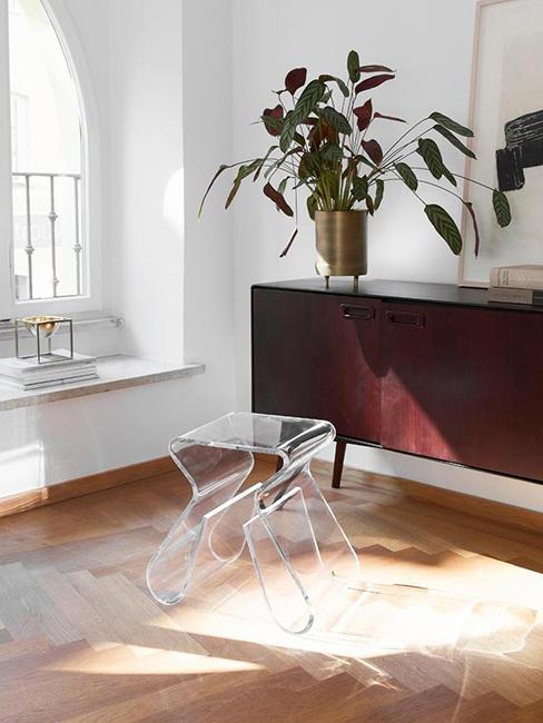 Tabouret transparent rétro années 70 et commode en bois lisse