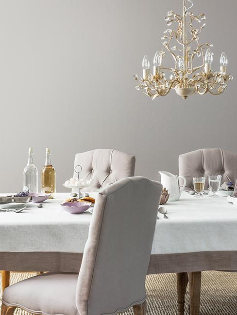 salle à manger style baroque avec chaises rembourrées et lustre