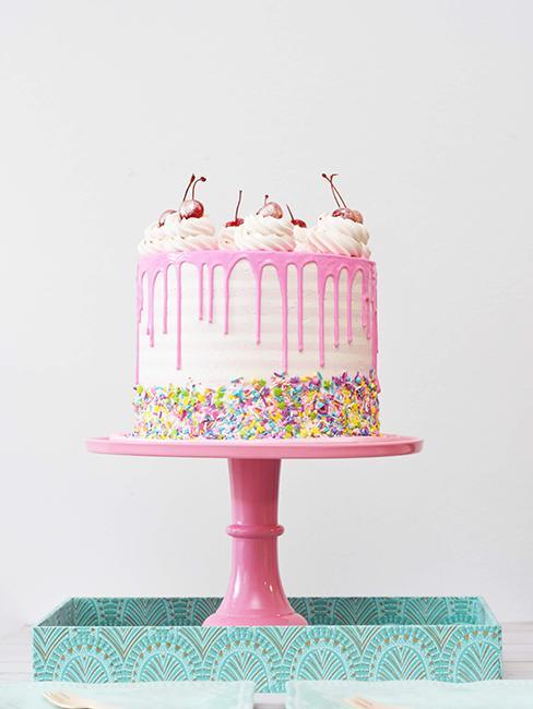 gâteau d'anniversaire rose sur support rose