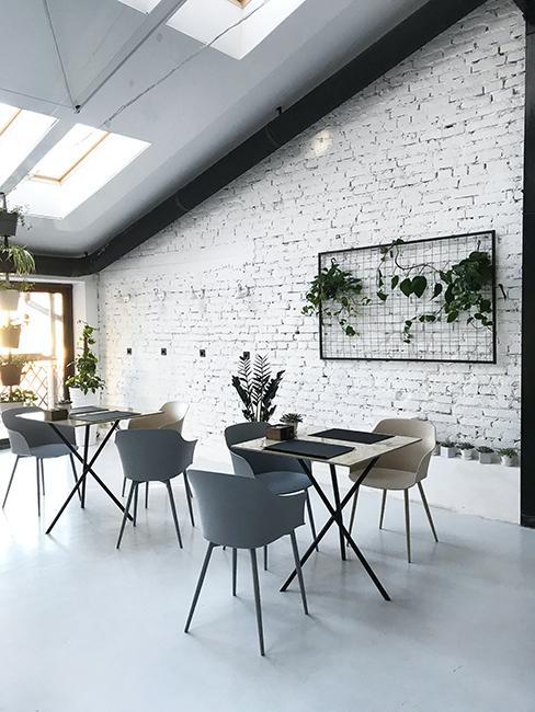 Cuisine dans loft avec chaises et tables, et mur en brique